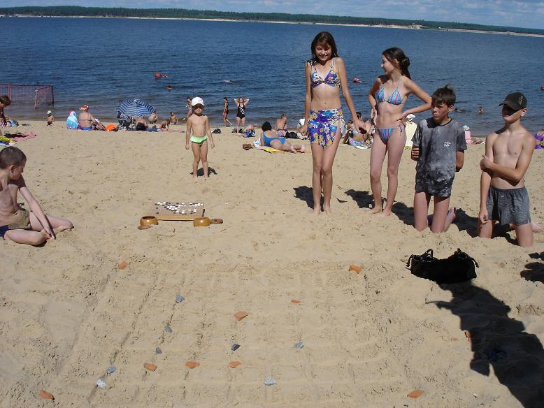 Go in Russia, beautiful girls look at the sand board, the Volga, Cheboksary, summer 2005
